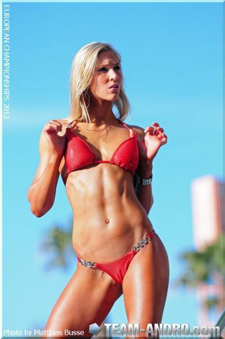 Posing im roten Bikini