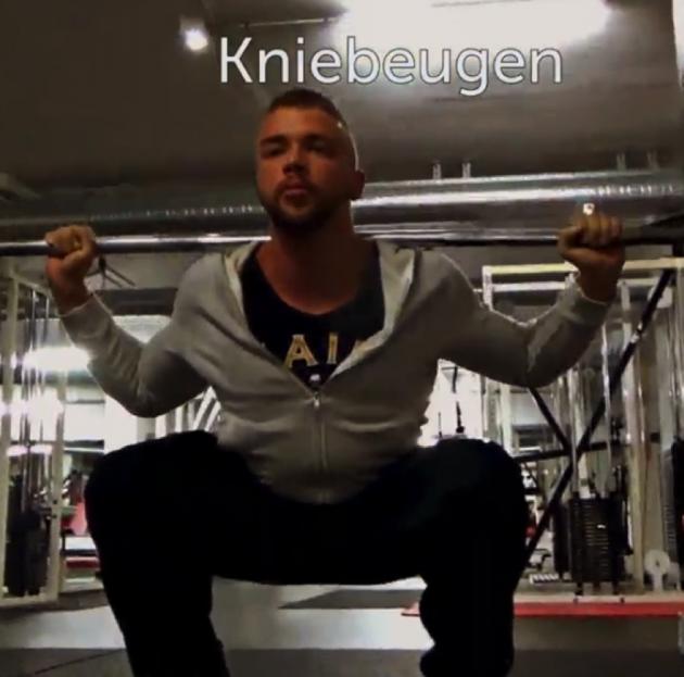 Kollegah trainiert Beine in der Bosstransformation
